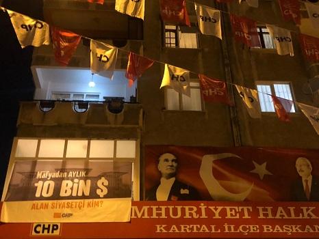 """CHP Kartal ilçe binasına """"Mafyadan 10 bin dolar alan siyasetçi kim?"""" pankartı aslıdı"""