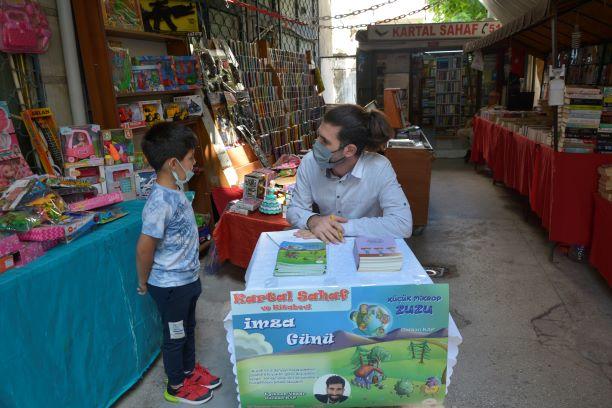 Gürkan Kap Kitaplarını, Kartal Sahaf ve Kitapevi'nde çocuk okuyucularına imzaladı